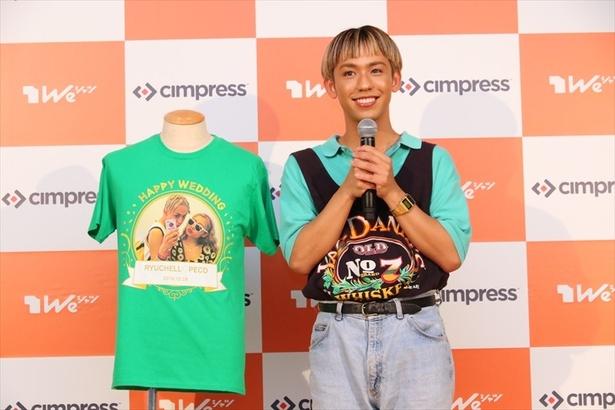 【写真を見る】りゅうちぇるさん自らがデザインしたWe シャツについて語る