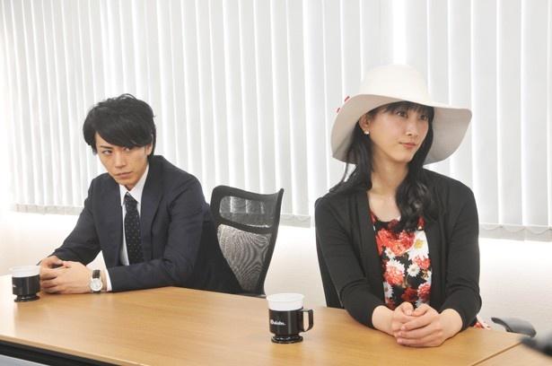 理華(松井玲奈)にも同じような白い帽子が!
