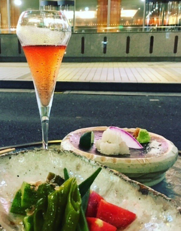 スパークリングワインとお店の一押しのお料理をセットにした「ペアリング」企画もイチオシ!