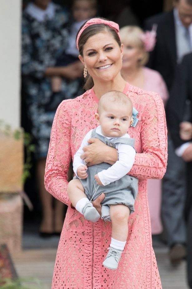 オスカル王子を抱くヴィクトリア王女