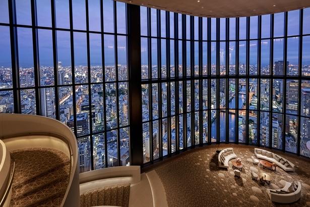 38階から40階まで吹き抜けのアトリウムラウンジ。高さ16メートルの吹き抜けはまるで青空の下にいるような開放感。じゅうたんには南十字星が隠れている