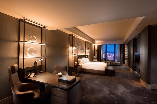 コンラッドスイートのベッドルーム。ベッドサイズは2メートル×2メートルのキングサイズ。照明やオーディオにもホテルのこだわりが感じられる