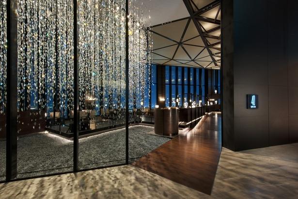 40階の「40スカイバー&ラウンジ」。入口には松尾高弘氏のインスタレーションがきらめく