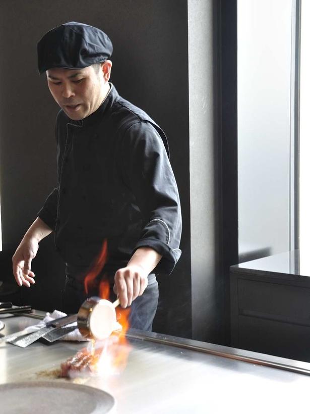 料理人との会話やパフォーマンスを楽しみながら食事ができる鉄板焼き・寿司の「蔵」