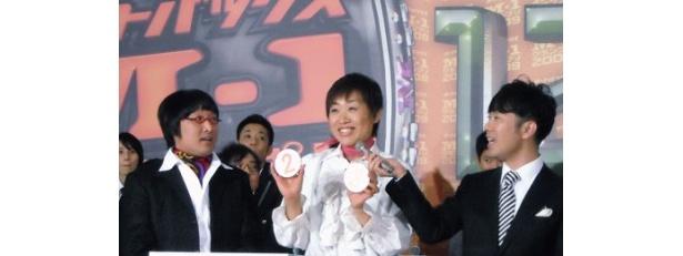 ネタ順抽選会で1番にクジを引いた南海キャンディーズ。2番という結果にしずちゃん(写真右)は笑顔、山ちゃん(同左)は驚きの表情に