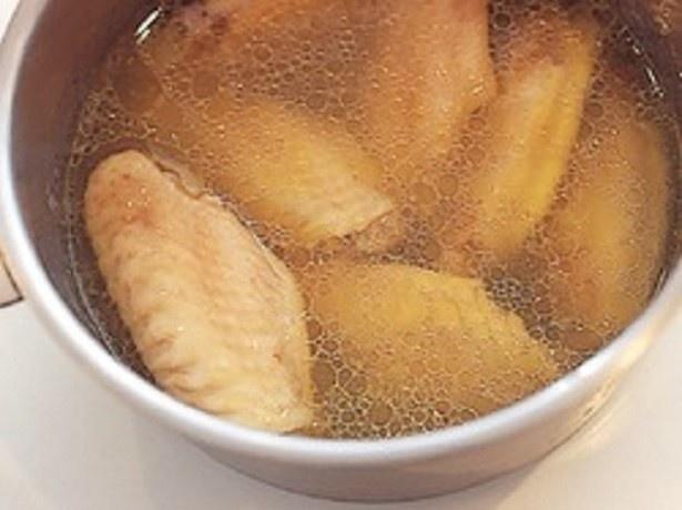 あらかじめスープで煮て、煮汁の中でさますと、肉がふっくらとする。中まで火が通っているので、失敗なく、高温でころもをカリッと揚げられる