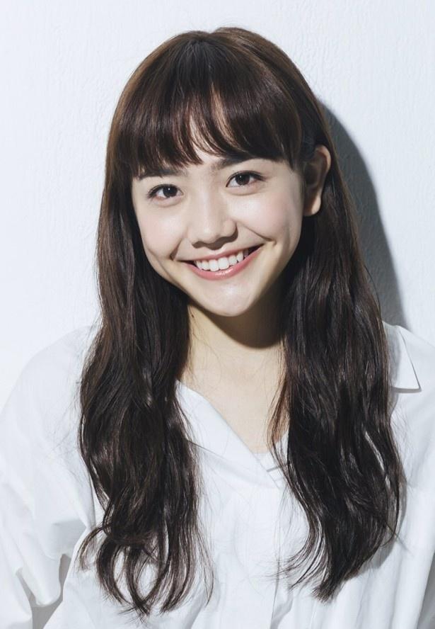 松井愛莉のコーディネートやヘアスタイルが、モーフィング技術で次々と変化する