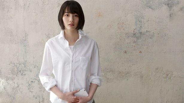 LINEモバイルCM初登場となった第一弾「愛と革新。(デビュー篇)」。真っ白なシャツを着たのんが、じっとこちらを見つめているのが印象的だった