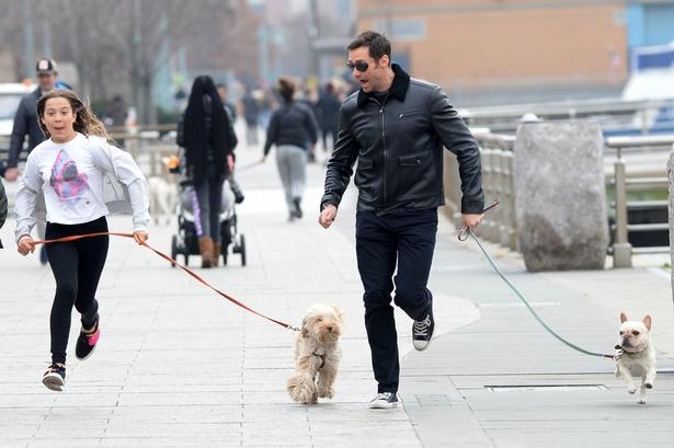 【写真を見る】愛娘と犬の散歩で大ハッスルするヒュー