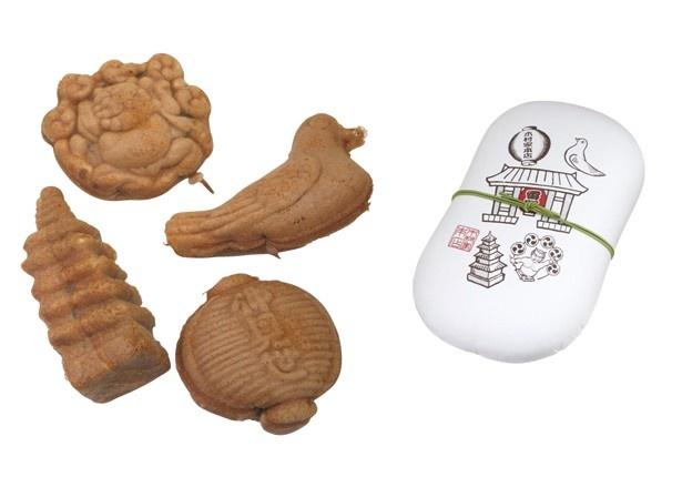 仲見世で最初の人形焼店「木村家本店」の元祖人形焼(300円~)。浅草の名所にちなみ、五重の塔・雷様・提灯・鳩の4つをかたどっている