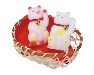 「江戸駄菓子まんねん堂 伝法院店」の金平糖(左、各345円)、職人が手作りする見た目も美しい金花糖の紅白招き猫(右、1080円)