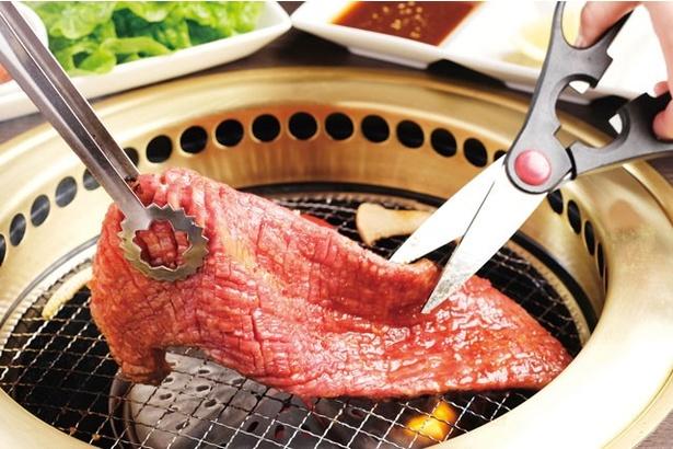 「焼肉 京城園」の「和牛韓国流カルビ」(チシャ付き1620円)は、ボリューム抜群