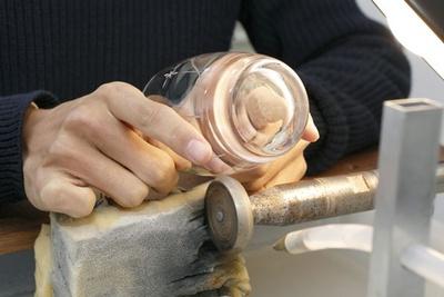 体験江戸切子コースは1人でも団体(24名まで)でも楽しめる。皿コースもあり
