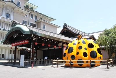 祇園甲部歌舞練習場敷地内に出現した巨大オブジェは草間彌生による2007年の立体作品「南瓜」