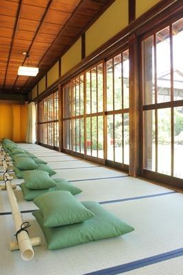 第2展示室、第3展示室の裏側にある庭園ギャラリーには座禅用の座布団が用意されており、リラックスして庭園を鑑賞できる
