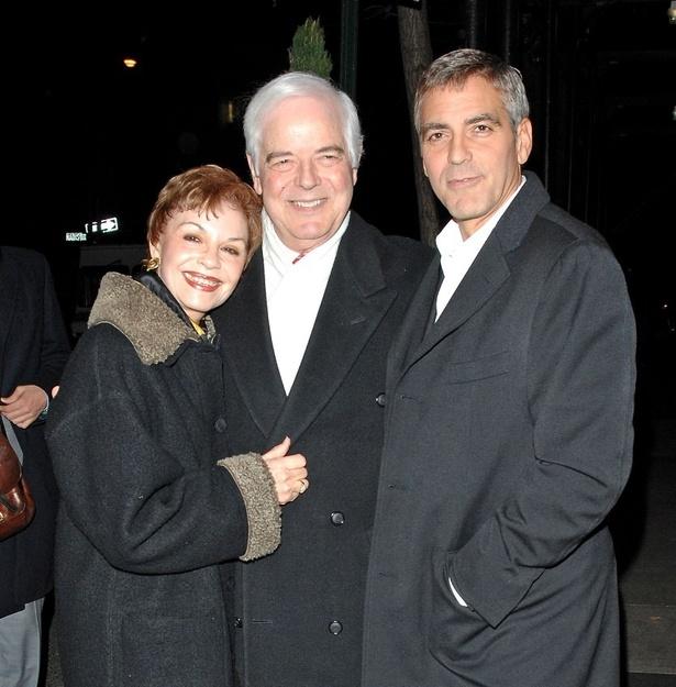 【写真を見る】孫ができて幸せいっぱいのジョージ父&母