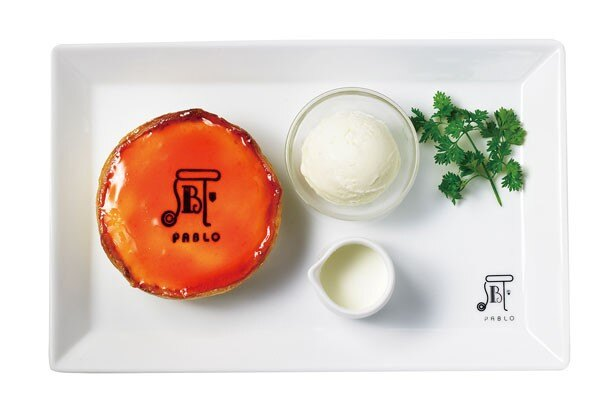 【写真を見る】ヨーグルトフレーバーのアイスクリームも付き、夏にぴったり!「焼きたてミニチーズタルト マンゴー×ヨーグルト」(950円)