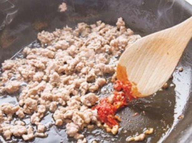 豆板醤は炒めることで香りが立ち、赤みが鮮やかに。肉にまんべんなくからめて