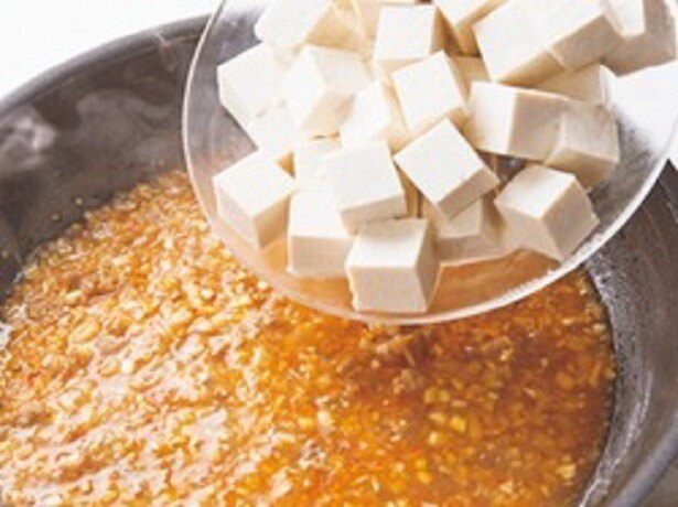 うまみスープで煮る豆腐は、煮詰めて片栗粉で水分を閉じ込めるので、水きり不要