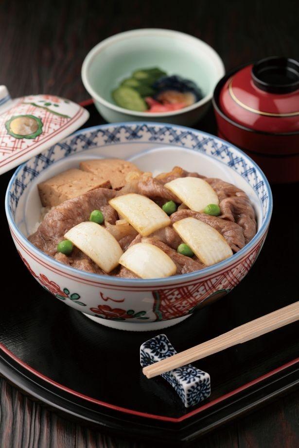 1日20食限定の「百年牛丼」(1620円)は赤出しと香の物付き。大判の黒毛和牛ロース肉を使用し、秘伝の割り下での味付けが絶妙