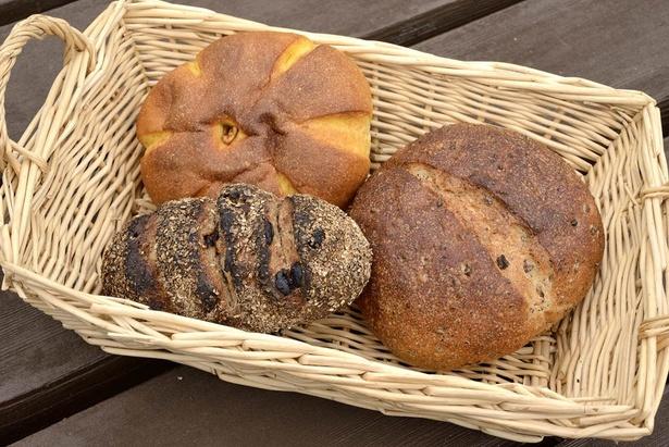 「奥土農場 石窯パン工房」/「かぼちゃパン」(写真左上)、「ライ麦パン」(写真左下)、「黒豆パン」(写真右)