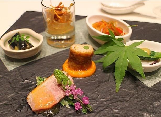 【写真を見る】熊本城の瓦に見立てた黒い皿で提供される「オードブル盛り合わせ」