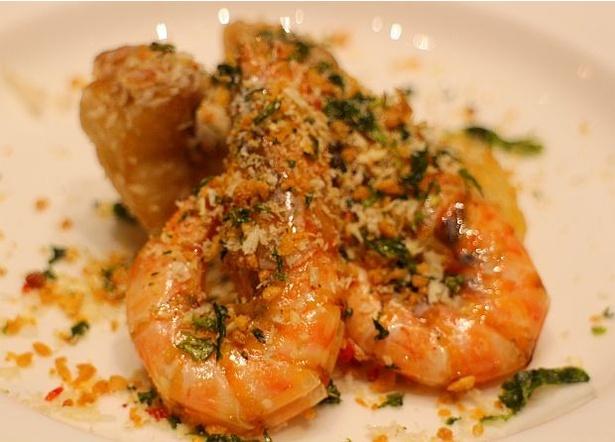 熊本県産の車海老や白身魚をスパイシーに味付けし、香ばしく揚げて、あおさを散らした「車海老と白身魚のスパイシー揚げ」