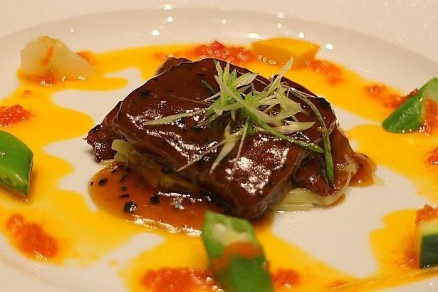 熊本県産のあか牛を、ハレの日に飲まれる「赤酒」をアクセントに仕上げた「熊本あか牛とトランペット茸の炒め 赤酒の香り」