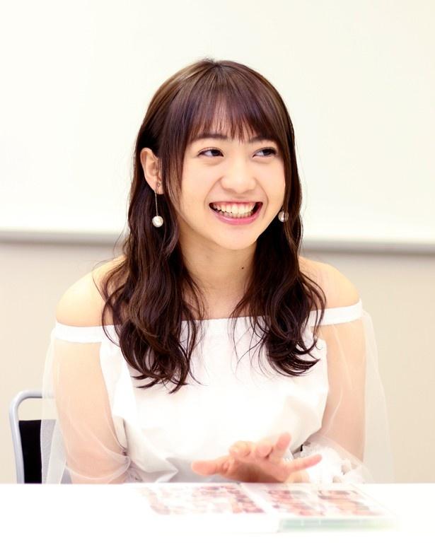 【写真を見る】笑顔でインタビューに答える木崎