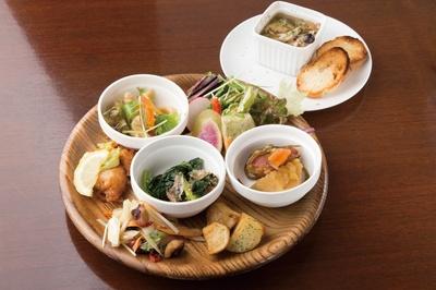 「食彩健美 野の葡萄 ららぽーと横浜店」は、女性にうれしいヘルシーな創作和食が並ぶ。新鮮野菜をたっぷりとれる