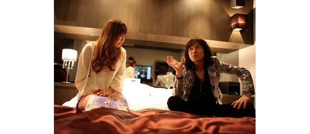 ベッドの上で、女子大生にダイアモンド☆ユカイが恋愛指南