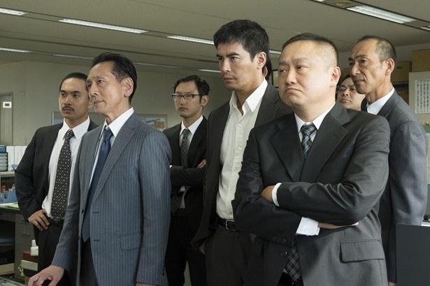 事件の担当刑事・牧村(伊藤英明)ら