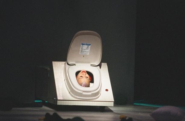 15年前の初演舞台の写真を公開! 便器から顔をのぞかせる伊勢志摩