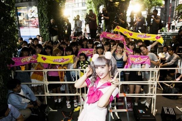 歌手デビューイベントでの記念写真