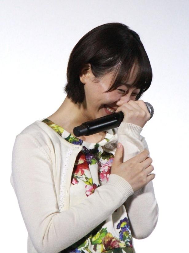 【写真を見る】共演者らのトークに笑う松井玲奈
