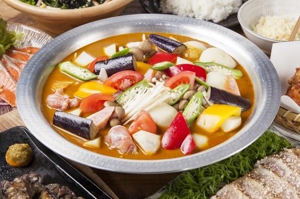 【写真を見る】「シントク地鶏の出汁×スパイス×夏野菜」の「スープカレー鍋」