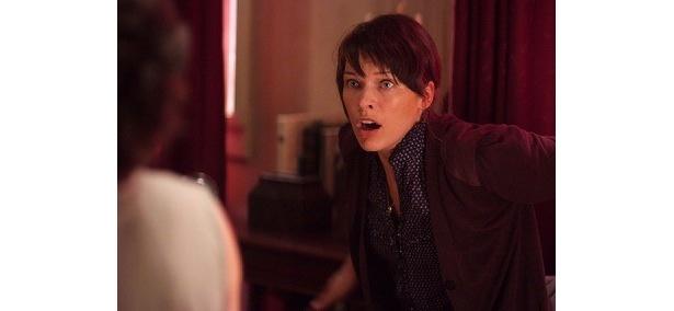 恐怖におののく、ミラ・ジョボビッチ扮するアビゲイル・タイラー博士