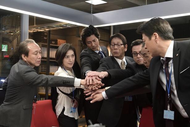「緊急取調室」最終回(6月15日[木]放送、テレビ朝日系)では、有希子(天海祐希)らは、拳銃を奪い逃走中の男が、国際弁護士の神木(水上剣星)を狙うと推測し保護に向かうが…