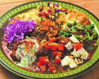 大陸カレー(950円)。巧みなスパイス使いが好評のカレーは、豆やチキン、キーマの3種がそろう