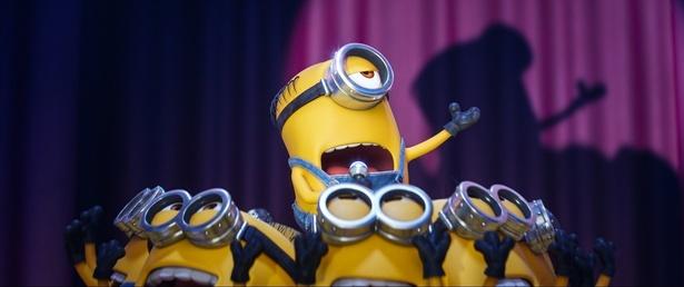 【写真を見る】オペラ歌手顔負けのパフォーマンスをするミニオンたち!