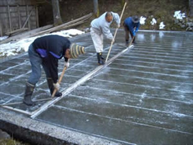 【写真を見る】日光で切り出される天然氷を使用
