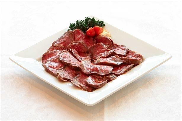 【写真を見る】期間中、毎日提供される「ローストビーフ」はオリジナルオニオンソースで味わおう