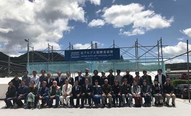 開会式。北川フラムさんと関係者、作家たち