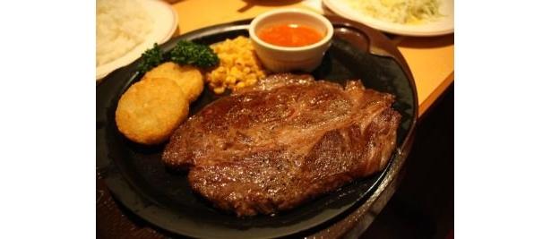 ガスト「ハミ出るビーフステーキ」は超ビッグサイズ!