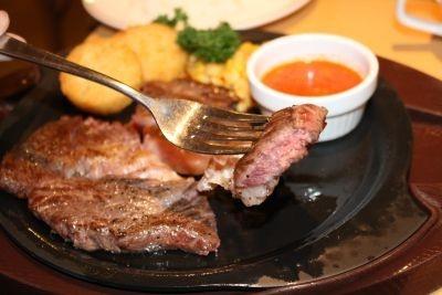 「ハミ出るビーフステーキ」の断面!ジューシーな肉はボリュームも満点