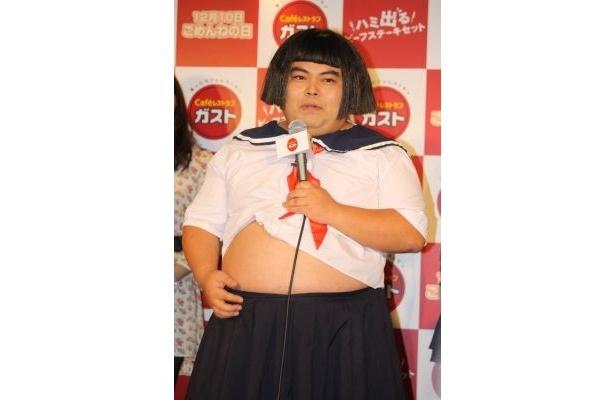 長友光弘さんはお腹の肉もハミ出してます!