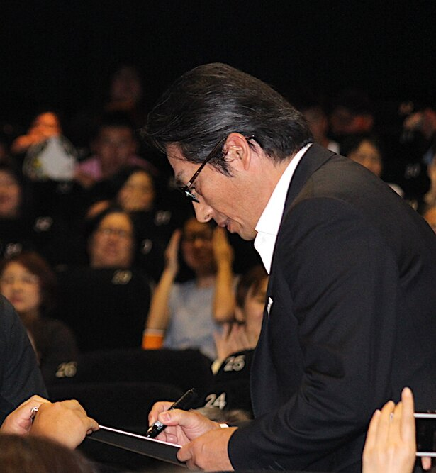 【写真を見る】真田広之、日本のファンに大サービス!サインにも応じた