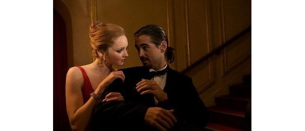赤いドレスで主人公(鏡の向こう側「想像」の世界ではコリン・ファレル)を誘惑