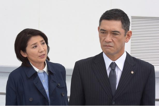 「赤い博物館」の館長・冴子役の松下由樹(左)と捜査一課長・山崎役の杉本哲太(右)
