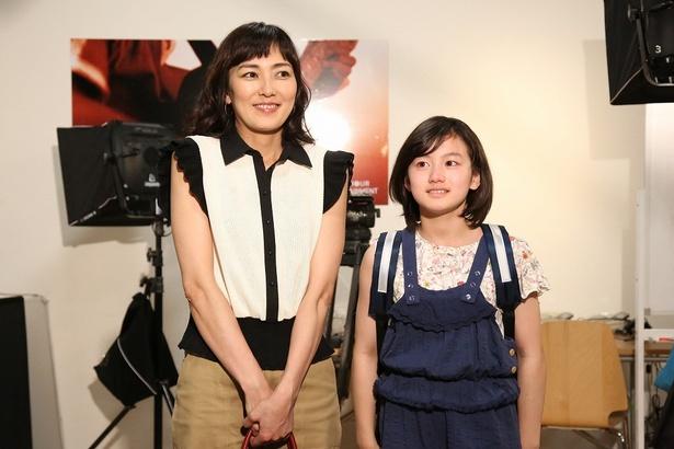 母子役を演じきった板谷と藤澤遥。晴れ晴れとした笑顔だ